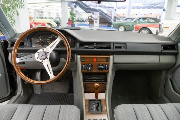 Mercedes-Benz 230 CE (W124)